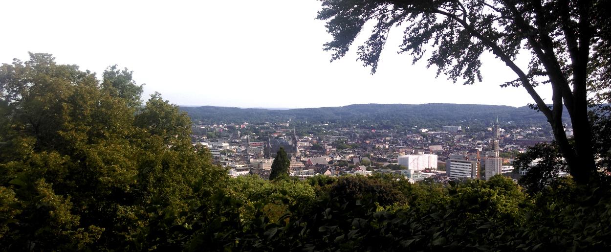 Das Foto zeigt die Aussicht auf eine Stadt