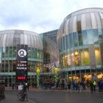 Das Foto zeigt das Einkaufszentrum Aquis-Plaza von Außen