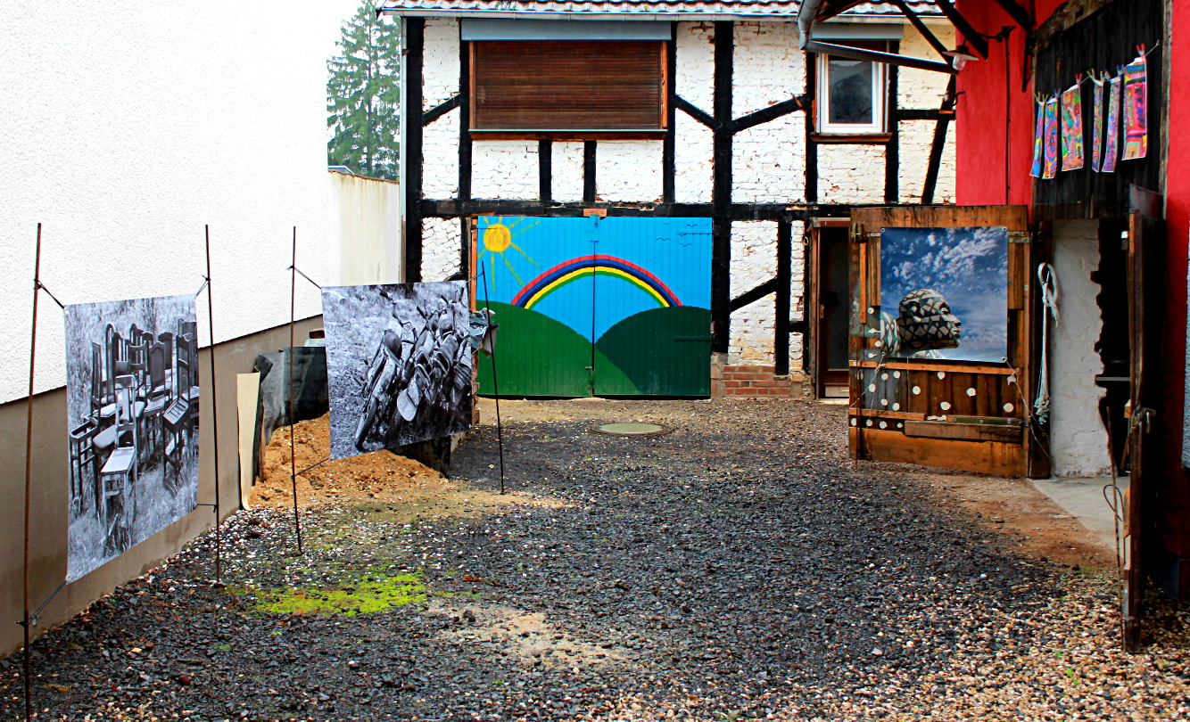Das Foto zeigt eine Bilderausstellung auf einem Hof
