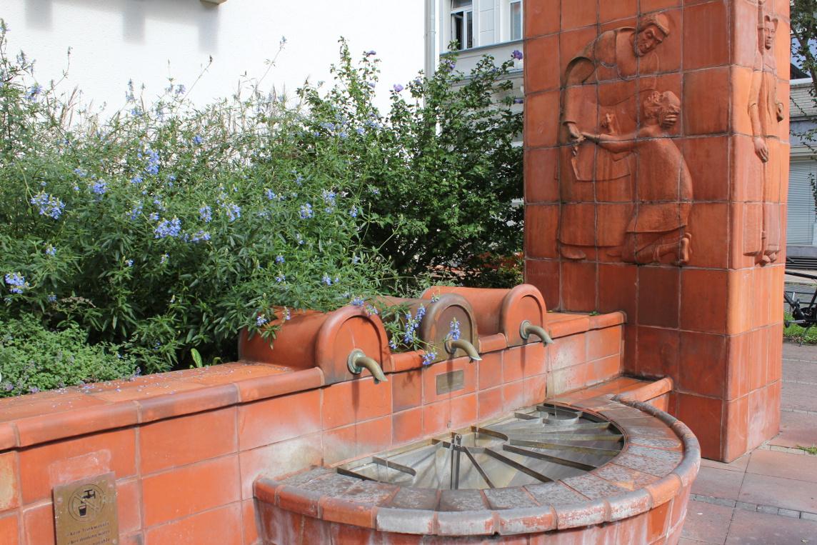 Das Foto zeigt einen Brunnen