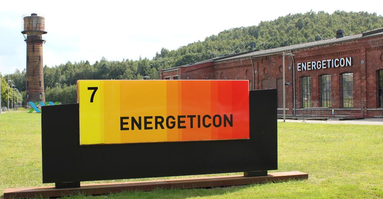 Das Foto zeigt ein Gebäude und ein Schild mit der Aufschrift Energeticon