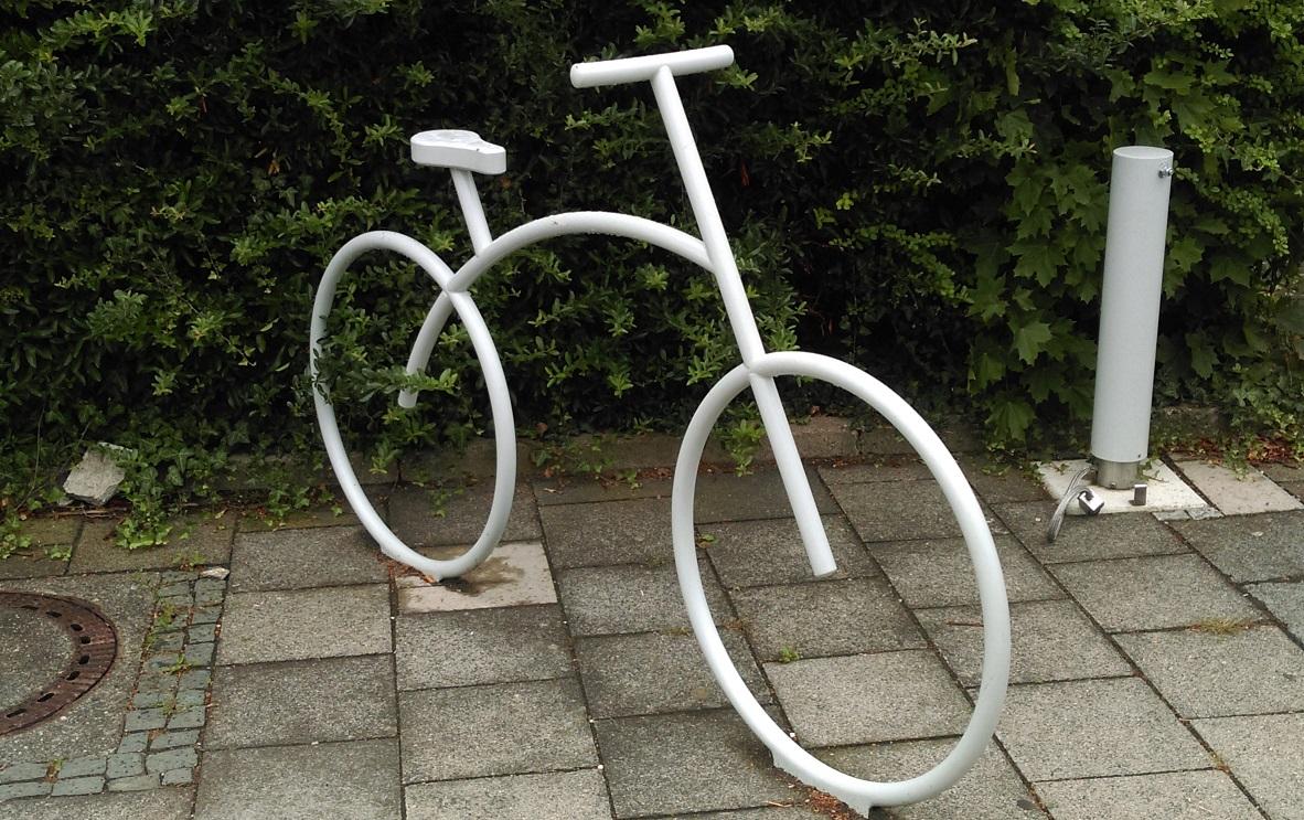 Das Foto zeigt eine Fahrradskulptur