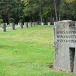 Das Foto zeigt eine Wiese mit Grabsteinen