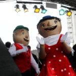 Das Foto zeigt zwei als Puppen verkleidete Menschen