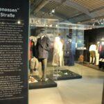 Das Foto zeigt eine Ausstellung von Kleidungsstücken
