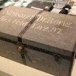 Das Foto zeigt eine Kiste mit der Aufschrift Stabsarzt Dr. Rörig.