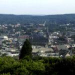 Das Foto zeigt den Ausblick auf eine Stadt