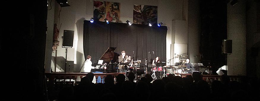Das Foto zeigt Musiker auf einer Bühne