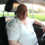 Das Foto zeigt einen Mann in einem Auto