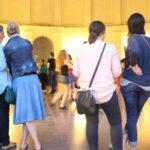 Das Foto zeigt Menschen beim Elisenbrunnen