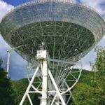 Das Foto zeigt ein riesiges Radioteleskop