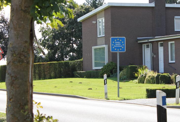 Das Foto zeigt ein Haus und ein Schild mit der Aufschrift Bundesrepublik Deutschland