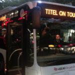 Das Foto zeigt einen Bus mit der Aufschrift Titel on Tour