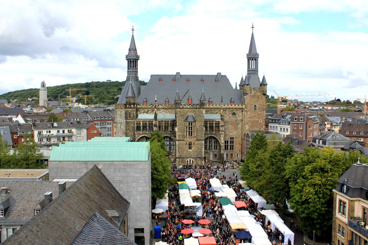 Das Foto zeigt einen Marktplatz von oben