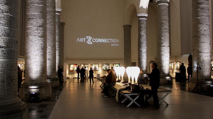 Das Foto zeigt das Innere eines Gebäudes. Auf der Wand steht Art Z Connection Aachen