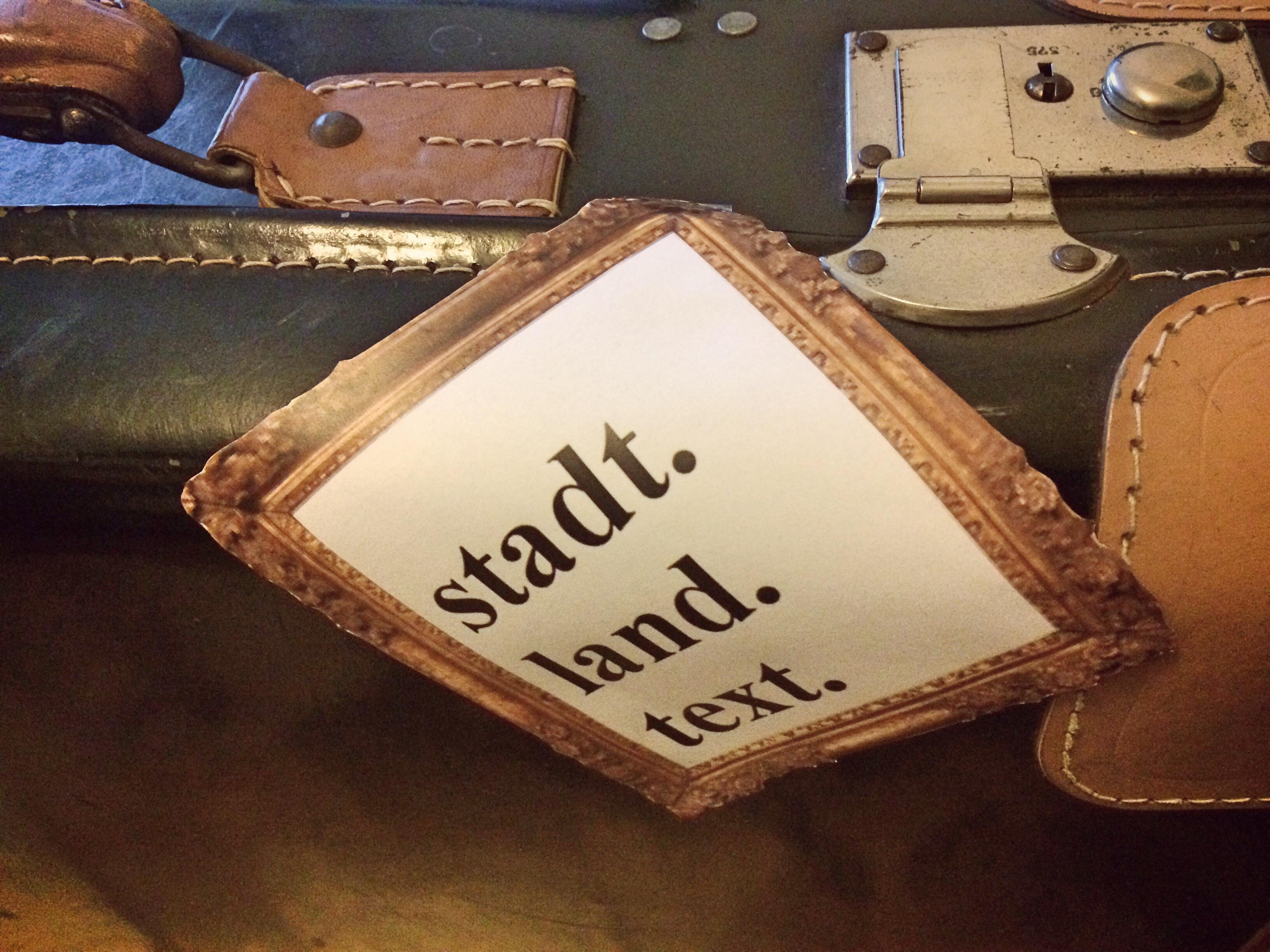 Das Foto zeigt eine Nahaufnahme eines Koffers