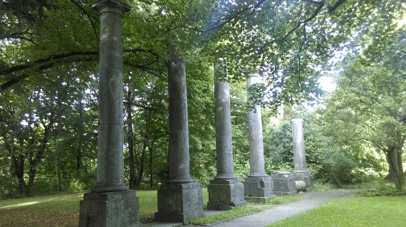 Das Foto zeigt einen Park mit Überresten von Säulen eines alten Gebäudes