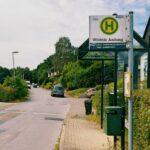 Das Foto zeigt die Bushaltestelle mit dem Namen Wildnis Anfang